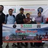 Manager Operasional BMH Jatim gerai Malang Sony Abdul Karim (nomor 1 dari kiri mengenakan jaket hitam) foto bersama peserta khitan massal (nomor 4 dari kiri,  memegang amplop) yang di dampingi orangtuanya.