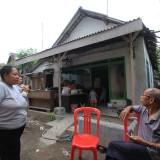 Bu Nina dengan ketua LPM di rumah yang masih belum selesai digarap (Agus Salam/Jatim TIMES)