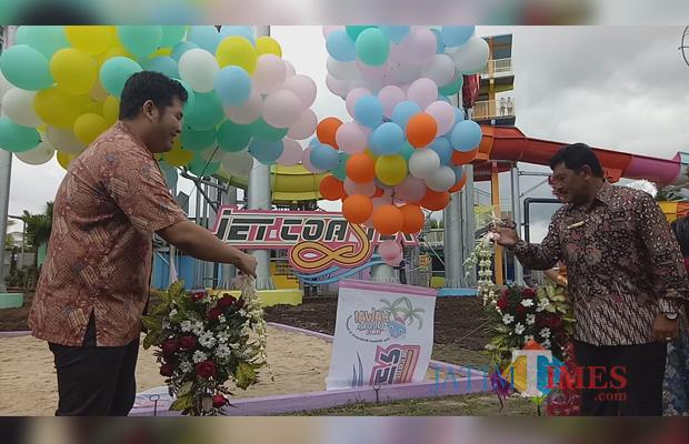 Launching Jet Coaster Slide oleh Owner Hawai Waterpark Yogi Kurniawan (kiri) dan Direktur Utama Hawai Waterpark Bambang Judo Utomo. (Foto: Hezza Sukmasita/MalangTIMES)