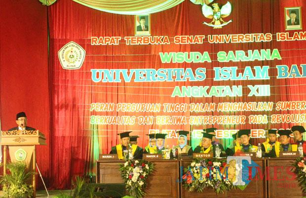 Bupati Blitar Rijanto saat menyampaikan sambutan di wisuda sarjana Unisba Blitar.(Foto : Aunur Rofiq/BlitarTIMES)