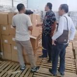 Petugas KPU Banyuwangi mengecek logistik kotak suara baru yang diterima dari KPU Pusat