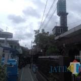 Nampak rumah tower yang menjulang tinggi ke atas di Jalan Basuki Rahmad gang 8, Kota Malang  yang sempat dipermasalahkan warga (Anggara Sudiongko/MalangTIMES)