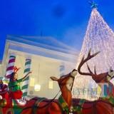 2 rusa dengan kereta Santa Claus hiasi dan gemerlap pohon natal di area White Housr The Legend Star. (Foto: Irsya Richa/MalangTIMES)
