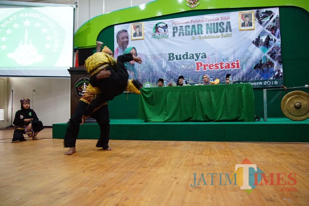 Anggota Pagar Nusa memperagakan pencak silat. (eko Arif s /JatimTimes)