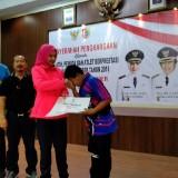 Bupati Jember dr. Hj. Faida MMR saat menyerahkan penghargaan kepada atlet berpestasi pada Sabtu sore