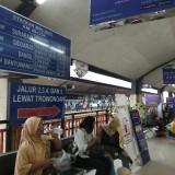 Suasana penumpang tengah menunggu keberangkatan kereta api di Stasiun Kotabaru Malang. (Foto: Nurlayla Ratri/MalangTIMES)