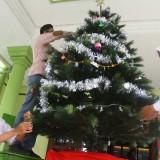 Suasana para siswa SMA Taman Harapan Kota Malang dari berbagai agama yang menghias pohon natal bersama. (Foto: Nurlayla Ratri/MalangTIMES)