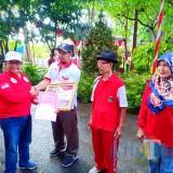 Bupati Blitar menyerahkan penghargaan kepada juara lansia Karang Wreda Tingkat Kecamatan Se-Kabupaten Blitar.(Foto : Team BlitarTIMES)