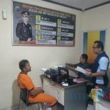 Dani Tri Prasetyo (kiri) tersangka pengelapan uang saat diintrogasi polisi, Kecamatan Singosari (Foto : Polsek Singosari for MalangTIMES)