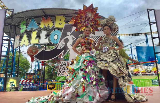 Dua peserta saat berpose di atas panggung Jatim Park 1, Minggu (16/12/2018). (Foto: Irsya Richa/MalangTIMES)