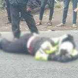Polisi anggota Patwal Polres Mojokerto yang tergeletak di jalan usai mengalami kecelakaan (ist)
