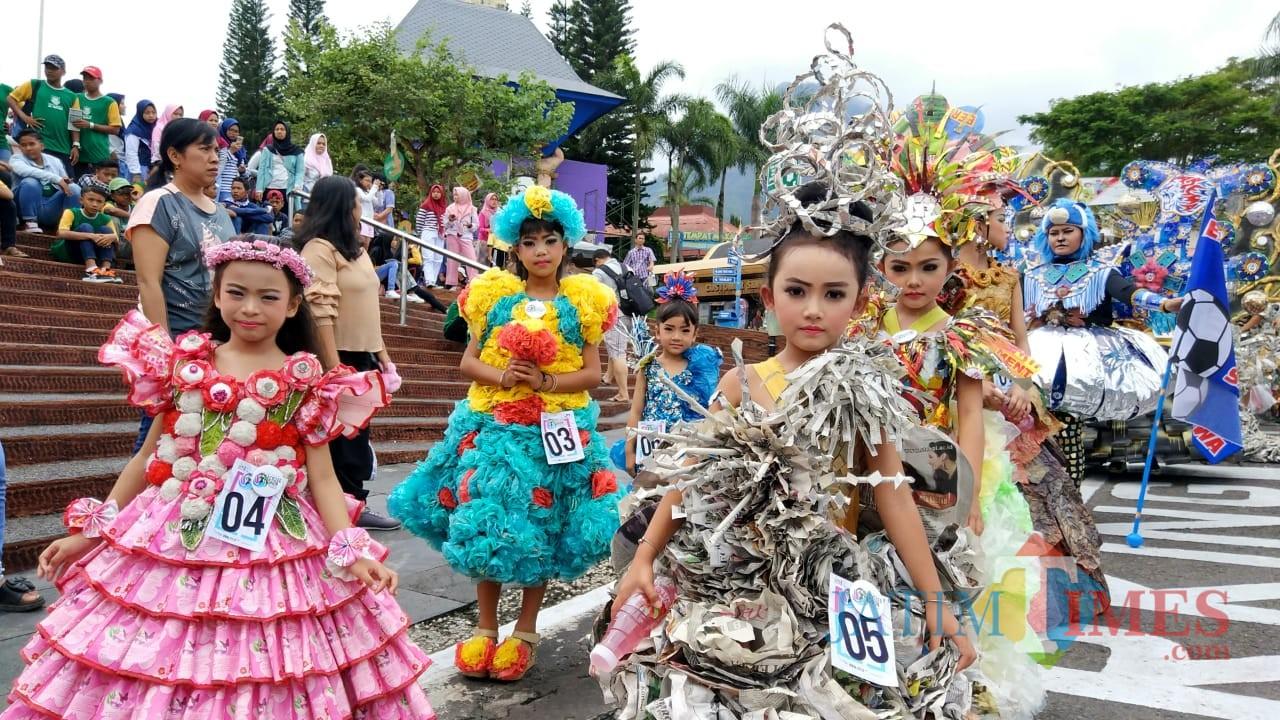 Para peserta kategori anak saat mengikuti perlombaan Recycle Fashiondi Jawa Timur Park 1, Minggu (16/12/2018). (Foto: Irsya Richa/MalangTIMES)