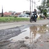 Kondisi jalanan rusak yang di penuh genangan di Jl. Teluk Grajakan RW 2 Kelurahan Pandanwangi.