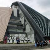 Terlihat sejumlah wesatawan yang berfoto di depan Museum Islam Indonesia KH Hasyim Asy