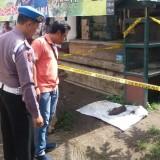 Polisi memasang police line di lokasi penemuan mortir.