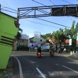 Gapura jalan AA Maramis miring akibat kecantol ke truk tangki (Agus Salam/Jatim TIMES)