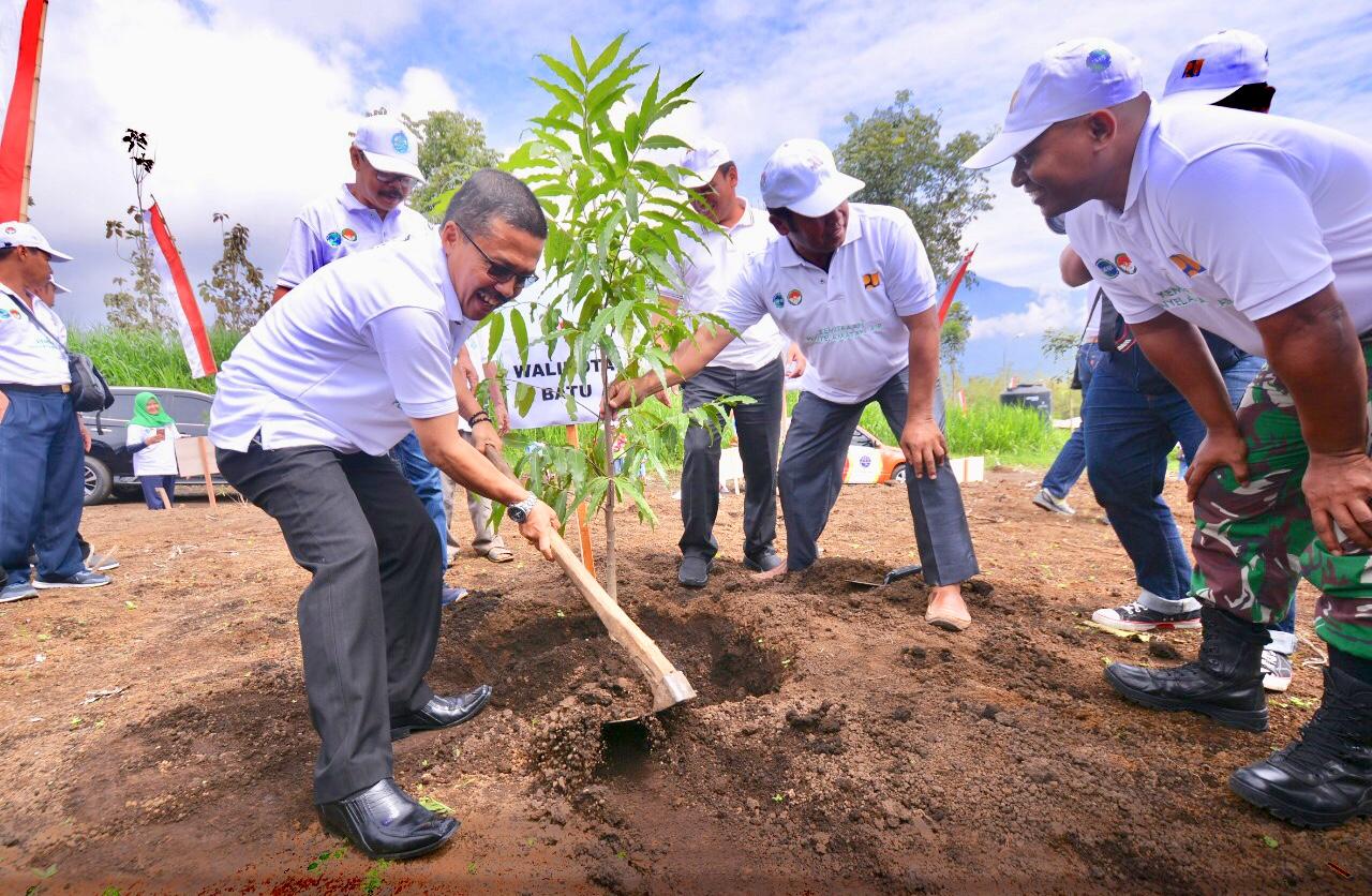 Wakil Wali Kota Batu Punjul Santoso saat menanam pohon di area Jalibar Desa Oro-Oro Ombo Kecamatan Batu, Senin (17/12/2018). (Foto: Istimewa)