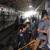 Sejumlah penumpang terlihat sedang memasuki gerbong kereta api di stasiun jombang. (Foto : Adi Rosul / JombangTIMES)