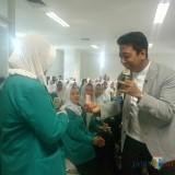Gus Rommy saat memberikan reward kepada salah satu mahasiswa (foto: Imarotul Izzah/Malang Times)