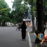 Inilah aksi bakar pohon dengan cara menumpuk sampah dipangkal pohon (Foto : Unggahan Media Sosial)