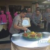 Kapolres Banyuwangi AKBP Taufik HZ, memotong tumpeng sebagai bentuk syukur telah meraih predikat WBK