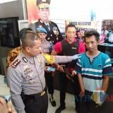 Kapolres Tulungagung, AKBP Tofik Sukendar saat menanyakan pada Wawan motifnya melakukan ujaran kebencian  di medsos   (foto :  joko pramono/jatimtimes)