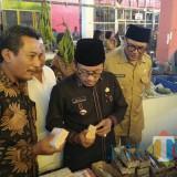 Wali Kota Malang Sutiaji didampingi TPID Kota Malang saat melakukan pantauan di Pasar Gadang Lama jelang Natal dan tahun baru. (Foto: Nurlayla Ratri/MalangTIMES)