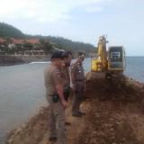 Petugas Satpol PP Bersama Petugas DLH Banyuwangi ketika mendatangi proyek reklamasi pantai yang diduga tidak berizin