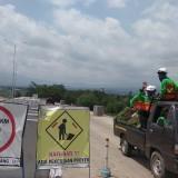 Para pekerja terus melakukan pembangunan Tol Malang - Pandaan jelang operasional terbatas per 21 Desember mendatang. (Foto: Nurlayla Ratri/MalangTIMES)