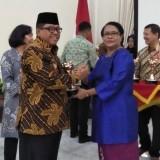 Wawali Kota Blitar sata menerima Anugerah Parahita Ekapraya dari Menteri Pemberdayaan Perempuan dan Perlindungan Anak