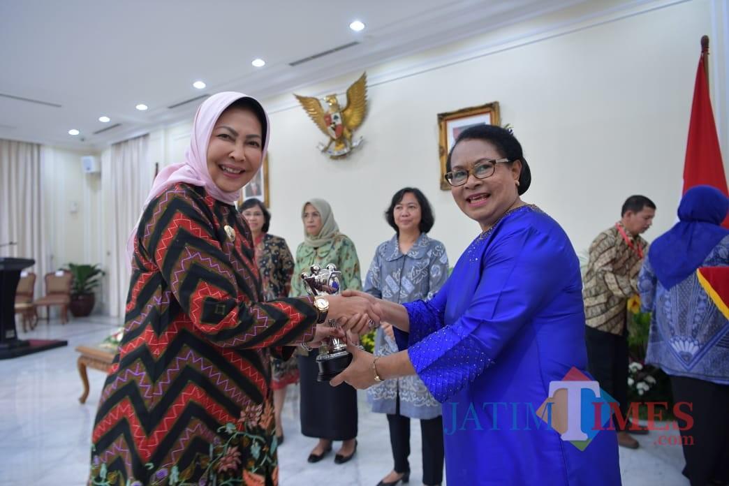 Wali Kota Batu Dewanti Rumpoko (kiri) menerima penghargaan Anugerah Parahita Ekapraya 2018 dari Menteri Yohana Yembise di Jakarta. (Foto: Humas Pemkot Batu for MalangTIMES)