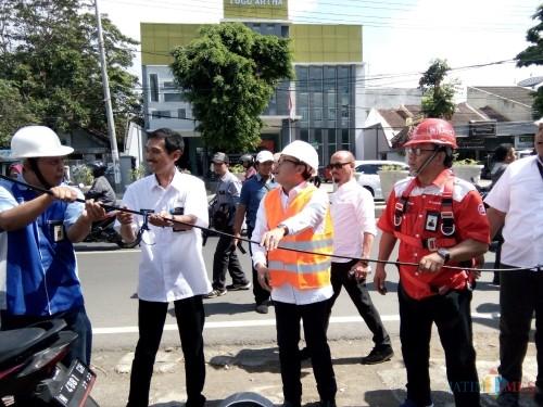 Wali Kota Malang Sutiaji (tengah kenakan rompi oranye) saat turun membenahi kabel ruwet di Jl Borobudur, Kecamatan Blimbing. (Pipit Anggraeni/MalangTIMES)