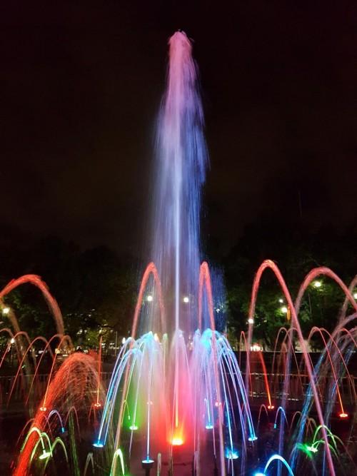 Air mancur Alun-Alun Merdeka yang kini nampak begitu indah dengan sinar warna-warni. (Disperkim)