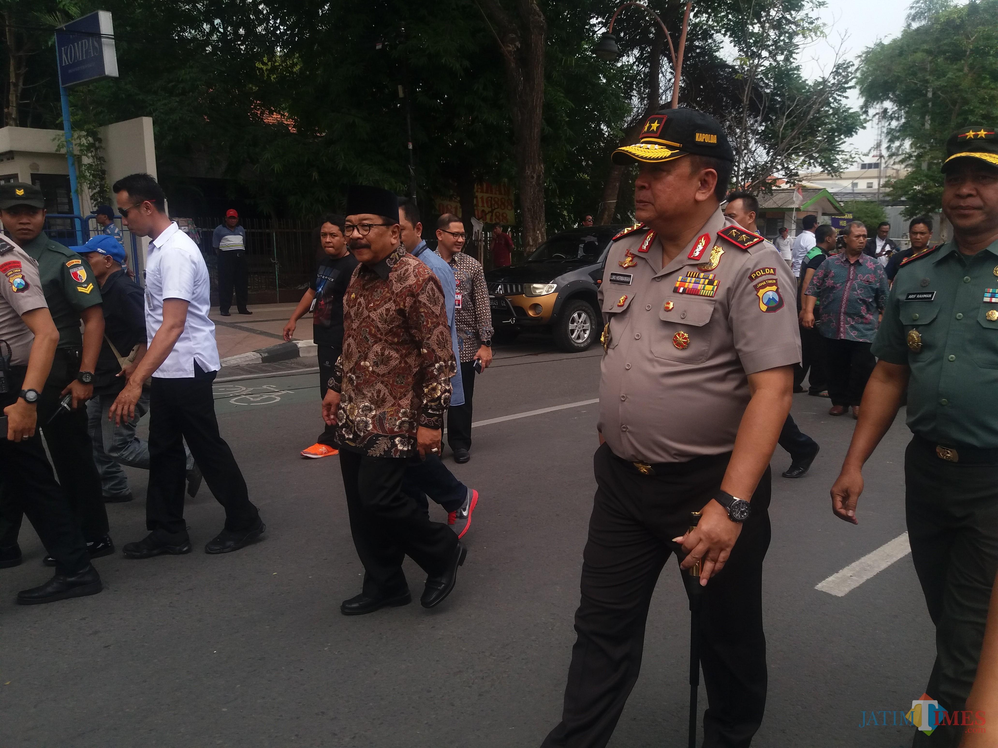 Kapolda Jatim Irjen Pol Luki Hermawan saat meninjau jalan ambles di Gubeng.