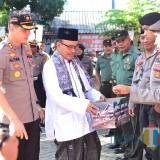 Ketua MUI Kota Probolionggo didampinggi Kapolresta Alfian Nurrizal menggelang dana pada peserta upacara (Agus Salam/Jatim TIMES)