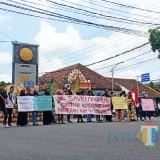 Mahasiswa aktivis HMI Lumajang saat aksi solidaritas di Tugu Adipura. (Foto: Pawitra/JatimTIMES)