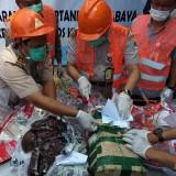 Puluhan paket ilegal dimusnahkan. (eko Arif s /JatimTimes)