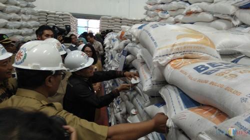 Wali Kota Malang Sutiaji bersama Tim Pengendali Inflasi Daerah (TPID) Kota Malang saat melakukan inspeksi ke Gudang Bulog Sub-Divre Malang. (Foto: Nurlayla Ratri/MalangTIMES)
