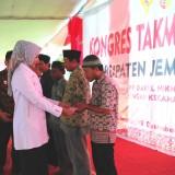 Bupati Jember dr. Hj. Faida MMR saat membagikan asuransi gratis kepada takmir Masjid