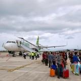 penumpang turun dari pesawat pada penerbangan perdana rute Internasional Bandara Banyuwangi dari Kuala Lumpur-Banyuwangi