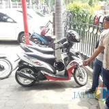 Idris suami korban sedang menunjuk tempat parkir sepeda motornya (Agus Salam/Jatim TIMES)