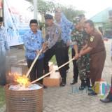 Pemusnahan E-KTP di halaman kantor Dispendukcapil dipimpin Bupati Blitar.(Foto : Aunur Rofiq/BlitarTIMES)