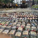 Ribuan Miras dimusnahkan di depan kantor Pemkab Tulungagung / Foto : Anang Basso / Tulungagung TIMES