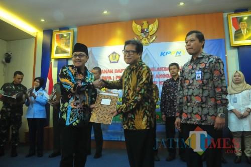 Wali Kota Malang Sutiaji (kiri) saat menyerahkan petikan DIPA 2019 di kantor KPPN Malang. (Foto: Nurlayla Ratri/MalangTIMES)