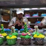 Para pekerja di Citra Kendedes Cake and Bakery tengah menghias cupcake dengan karakter-karakter khas Natal. (Foto: Nurlayla Ratri/MalangTIMES)