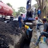 Pemasangan pipa distribusi air ke pemukiman rawan krisis air bersih.