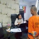 Tajab pelaku penganiayaan terhadap anaknya sendiri (baju tahanan orange), saat diamankan penyidik UPPA Polres Malang, Kabupaten Malang (Foto : Istimewa)