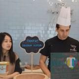 Owner Koono Gelato Jessica (kiri) saat mendampingi Chef Giacomo Schiavon menunjukkan varian olahan gelato di gerai miliknya. ( Foto: Hezza Sukmasita/Malang