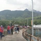 Para pengunjung wisata dermaga lingkar Kampung Kerapu berselfi ria. (Foto Heru Hartanto / Situbondo TIMES)