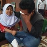 Ilham bersama anak sulungnya, Nafiza Izzati, menangis saat ditemui di rumahnya.